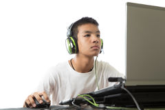 El adolescente asiático que usa el ordenador y escucha la música Imagen de archivo