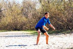 El adolescente atlético está lanzando un disco del disco volador Imagenes de archivo