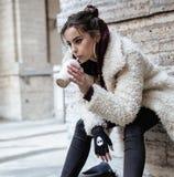 El adolescente bastante elegante de los jóvenes afuera en la moda de la suposición de la calle de la ciudad vistió sacudida de la Foto de archivo libre de regalías