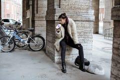 El adolescente bastante elegante de los jóvenes afuera en la moda de la suposición de la calle de la ciudad vistió sacudida de la Fotos de archivo libres de regalías