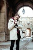 El adolescente bastante elegante de los jóvenes afuera en la moda de la suposición de la calle de la ciudad vistió sacudida de la Foto de archivo