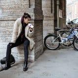 El adolescente bastante elegante de los jóvenes afuera en la moda de la suposición de la calle de la ciudad vistió sacudida de la Imagen de archivo libre de regalías
