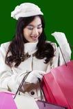 El adolescente bonito abre bolsos del regalo Foto de archivo libre de regalías