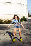 El adolescente bonito con amarillo patina sobre ruedas Fotos de archivo libres de regalías