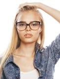 El adolescente bonito joven de la muchacha en vidrios en blanco aisló la ha rubia Imagen de archivo libre de regalías