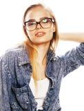 El adolescente bonito joven de la muchacha en vidrios en blanco aisló la ha rubia Imágenes de archivo libres de regalías
