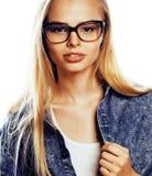 El adolescente bonito joven de la muchacha en vidrios en blanco aisló la ha rubia Imagenes de archivo