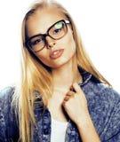 El adolescente bonito joven de la muchacha en vidrios en blanco aisló la ha rubia Fotos de archivo libres de regalías