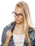 El adolescente bonito joven de la muchacha en vidrios en blanco aisló al inconformista moderno del pelo rubio Imagen de archivo libre de regalías
