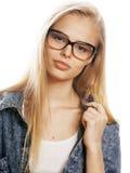 El adolescente bonito joven de la muchacha en vidrios en blanco aisló al inconformista moderno del pelo rubio Fotografía de archivo