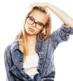 El adolescente bonito joven de la muchacha en vidrios en blanco aisló la ha rubia Fotos de archivo