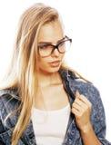 El adolescente bonito joven de la muchacha en vidrios en blanco aisló la ha rubia Fotografía de archivo libre de regalías