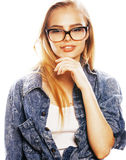 El adolescente bonito joven de la muchacha en vidrios en blanco aisló la ha rubia Foto de archivo