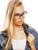 El adolescente bonito joven de la muchacha en vidrios en blanco aisló la ha rubia Foto de archivo libre de regalías