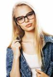 El adolescente bonito joven de la muchacha en vidrios en blanco aisló la ha rubia Imagen de archivo