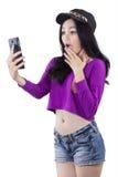 El adolescente chocado leyó noticias en el teléfono móvil Fotografía de archivo