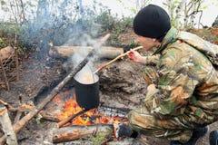 El adolescente cocina el alimento de I fotos de archivo libres de regalías