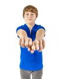 El adolescente con la camisa azul muestra sus puños Fotografía de archivo libre de regalías