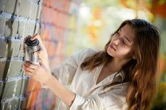 El adolescente con la poder de aerosol hace la pintada Imagen de archivo