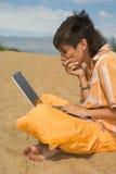 El adolescente con las computadoras portátiles Foto de archivo libre de regalías