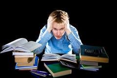 El adolescente con un montón de libros de textos. Era o cansado Imagenes de archivo