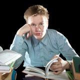 El adolescente con un montón de libros de textos. Retrato Fotografía de archivo
