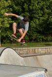 El adolescente consigue aerotransportado haciendo truco en el parque del monopatín de Atlanta Imágenes de archivo libres de regalías