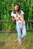 El adolescente consigue la diversión en la granja Imagenes de archivo