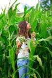 El adolescente consigue la diversión en la granja Fotos de archivo libres de regalías
