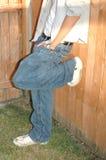 El adolescente cuelga hacia fuera Imagen de archivo