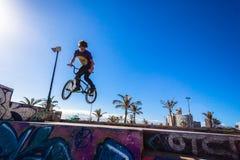 El adolescente de la bici engaña el parque del aire Imagenes de archivo