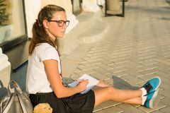 El adolescente de la colegiala escribe en un cuaderno Muchachas del diario, secretos, Imagenes de archivo