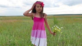 El adolescente de la muchacha con las flores va a colocar la naturaleza Campo del verano con forma de vida de las flores salvajes Fotografía de archivo libre de regalías