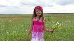 El adolescente de la muchacha con las flores va a colocar la naturaleza Campo del verano con forma de vida de las flores salvajes Fotos de archivo