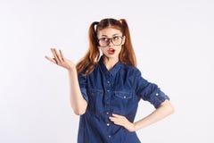 El adolescente de la muchacha en blanco aisló el fondo, cara emocional, moda Foto de archivo