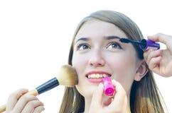 El adolescente de la mujer joven que tiene compone en su cara de otros Imagenes de archivo