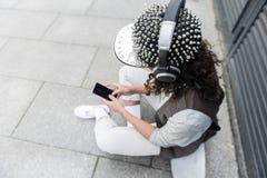 El adolescente de moda está escuchando la música Foto de archivo libre de regalías