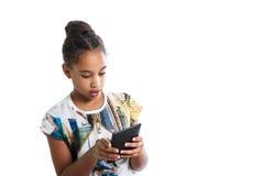 El adolescente de piel morena mira la pantalla de la tableta Fotos de archivo
