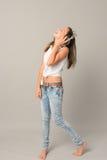 El adolescente de risa disfruta de música de los auriculares Fotos de archivo