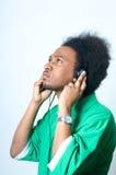 El adolescente del afroamericano escucha la música Imágenes de archivo libres de regalías