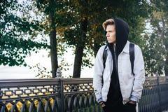 El adolescente del muchacho camina en la calle en un otoño Imagen de archivo libre de regalías