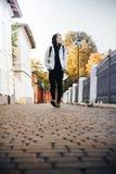 El adolescente del muchacho camina en la calle en un otoño Fotografía de archivo libre de regalías