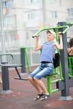 El adolescente del muchacho enganchó al equipo del ejercicio del ` s de los niños Fotografía de archivo