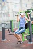 El adolescente del muchacho enganchó al equipo del ejercicio del ` s de los niños Imagen de archivo libre de regalías