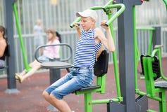 El adolescente del muchacho enganchó al equipo del ejercicio del ` s de los niños Fotos de archivo