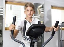 El adolescente del muchacho entra para los deportes Imagenes de archivo