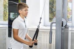 El adolescente del muchacho entra para los deportes Imagen de archivo libre de regalías