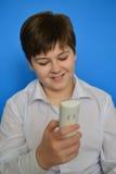 El adolescente del muchacho marca el número en el radioteléfono Imagen de archivo libre de regalías
