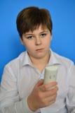 El adolescente del muchacho marca el número en el radioteléfono Imagenes de archivo