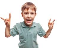 El adolescente del muchacho muestra la roca del metal de las manos del gesto del niño Fotografía de archivo libre de regalías